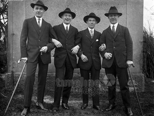 Männergruppe, 1920er Jahre Anheas/Timeline Images #20er #20s #Freunde #friends #bestfriends #bff #Freundschaft #friendship #trust #Vertrauen #Männer #Kameradschaft