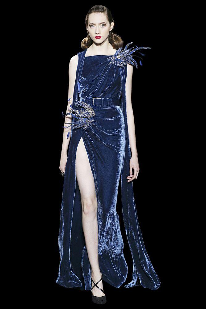Veste et jupe fendue en velours noir, embellies de broches oiseaux serties de cristaux, de perles et de plumes.