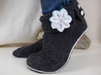 Wer kennt das nicht, die kalten Füße im Winter ;-). Mit diesen Hausschuhen ist nun Schluß damit. Sie sind bequem wie gestrickte Socken und doch stylisch. Durch die Schuh-Optik wirken sie richtig flott. Die Sohle wird an der Ferse schmaler gehäkelt, für eine perfekte Passform. Sie eigenen sich super als Gästehausschuhe oder auch für die eigenen Füße. Die Anleitung ist mit vielen Bildern hinterlegt und wird Schritt-für-Schritt erklärt. Sie ist auch schon für Anfänger geeignet. Können ...