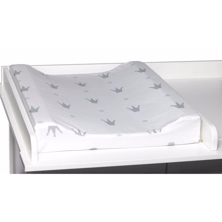 Skötbädd i vattenavvisande bomull med motiv av grå krona på vit botten. Vadderad innerbädd med upphöjda kanter och avtorkbar, tvättbar klädsel.