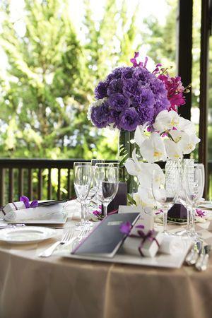 紫を主役に落ち着いた印象☆ パープルの会場装花のアイデア一覧。