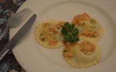 Zelfgemaakte ravioli met een vulling van garnalen en een vulling met spinazie