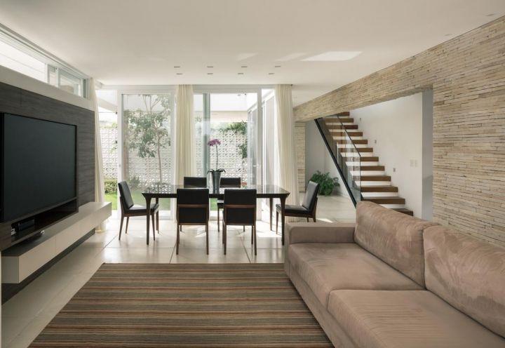 Il living di casa con sala da pranzo e zona relax open for Sala pranzo con caminetto