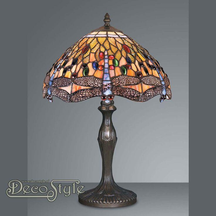 Tiffany Tafellamp Aya Dragonfly  Een bijzonder mooie tafellamp. Helemaal met de hand gemaakt van echt Tiffanyglas. Dit originele glas zorgt voor de warme uitstraling. De voet is bronskleurig. Met grote fitting (E27) Max 60 Watt. Met schakelaar aan het stroomsnoer. Afmetingen: Hoogte: 47.5 cm Diameter Kap: 31.5 cm