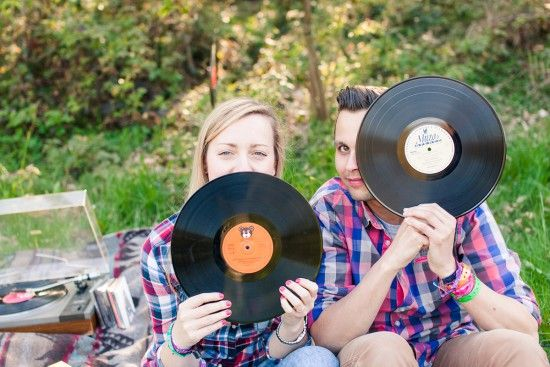 engagement photography, love, music, vinyl at engagement photography, sesja narzeczeńska z winylami