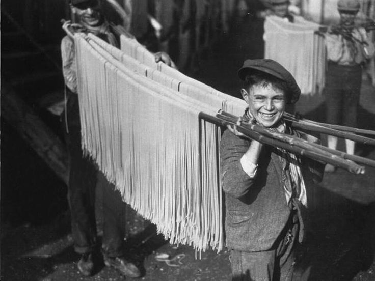 Boys carrying spaghetti in Naples, 1929: photo trouvée aur Tweeter de Angelo Ferlucci