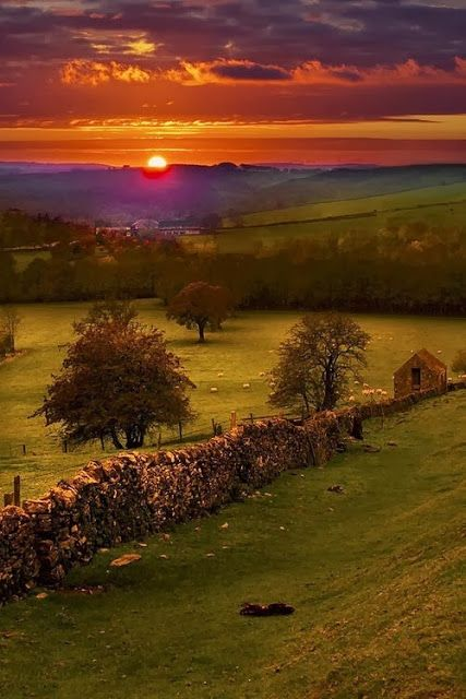 SUNSET, PEAK DISTRICT, DERBYSHIRE, ENGLAND this is why i widh i live in the country people look at this beauty