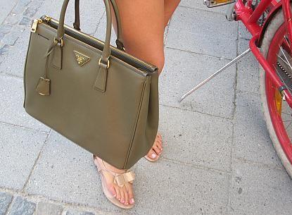 'Ich kombiniere gerne Basics mit etwas auffälligeren und hochwertigen Accessoires wie Schmuck oder Taschen', sagt Karoline und zeigt stolz ihre Prada-Tasche. 'Ich liebe Taschen und Schuhe und die können auch mal etwas mehr kosten und ein ziemlich normales Outfit groß rausbringen.'.