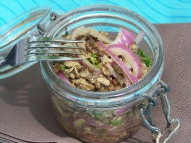 Salade épicée de lentilles, thon et oignons rouges