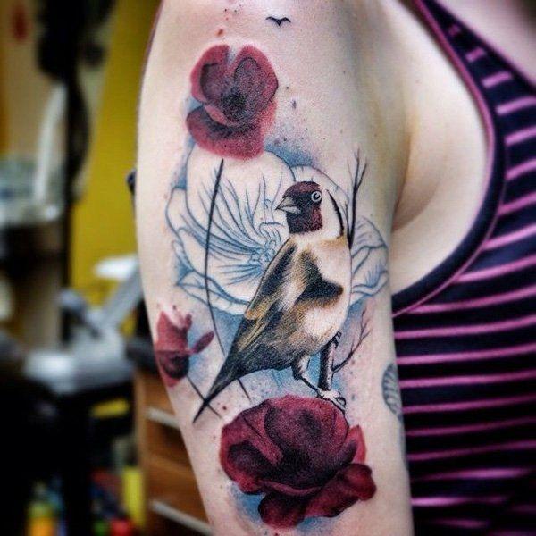 Tattoo mit Blumenmotiven und Vögeln