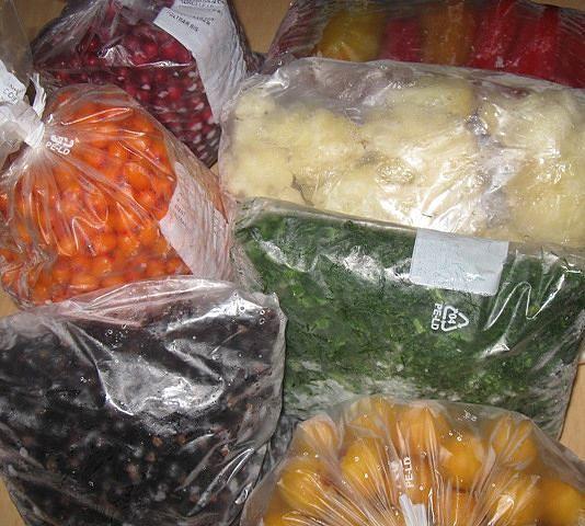 СОХРАНЯЕМ ОВОЩИ И ФРУКТЫ МЕТОДОМ ЗАМОРОЗКИ Предлагаем следующие рецепты заморозки овощей и фруктов: 1. КЛУБНИКА С САХАРОМ Продукты: 1 кг клубники, 700 г сахара. Клубнику перебираем, удаляем чашелистики, промываем, обсушиваем на полотенце и взбиваем с сахарным песком с помощью блендера или миксера. Массу расфасовываем по поллитровым пластиковым бутылкам и замораживаем. Перед использованием просто разрезаем пластик и достаем ароматную вкусную массу. 2. ВИШНЕВОЕ ПЮРЕ Продукты: 1,3 кг спелой…