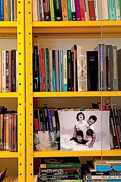Após a pintura com tinta amarela, a estante metálica, de uso industrial, funciona como biblioteca. Projeto do arquiteto Leo Romano