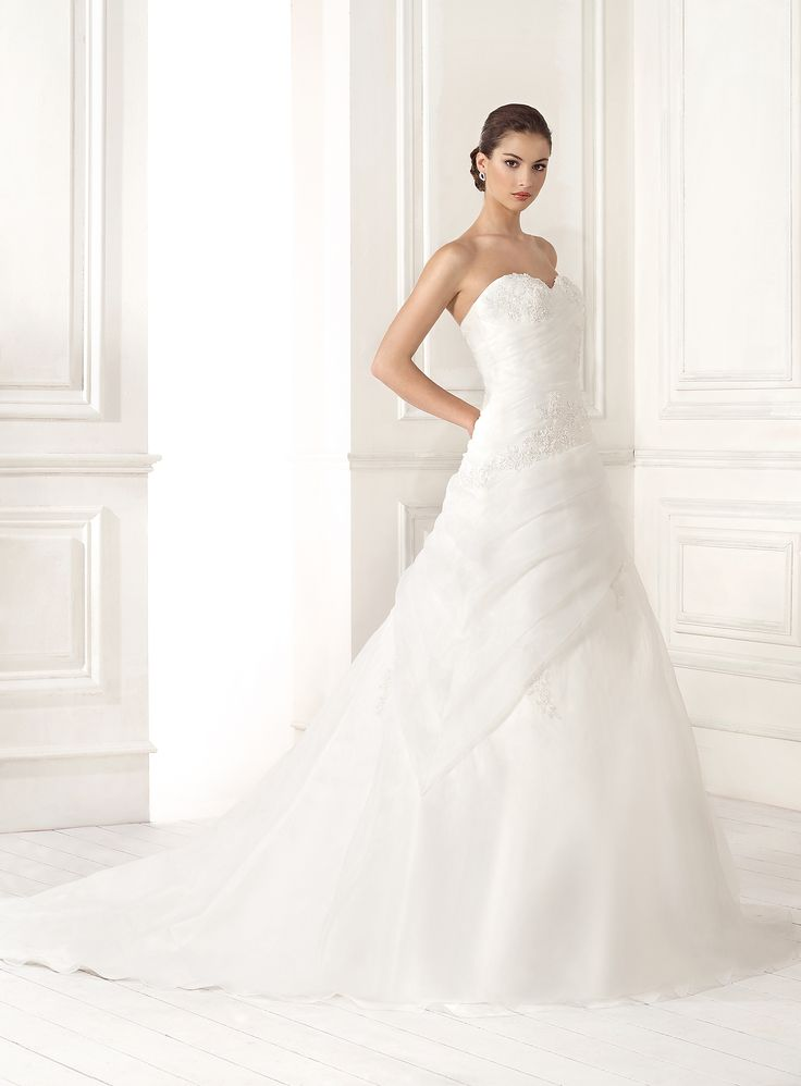 Abito da sposa con il corpetto lungo prezioso e la gonna in organza presso Bride Project Buttrio www.brideproject.it