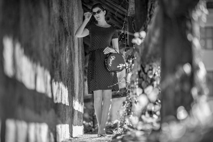 RetroCat mit dem Dotties Dress und einer Retro-Sonnenbrille