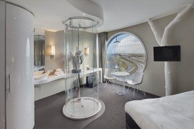 Fletcher Hotel Amsterdam is een gloednieuw futuristisch designhotel.  Het hotel beschikt over 120 kamers welke voorzien zijn van gratis WiFi, flatscreen televisie, airconditioning, extra grote bedden en een opvallende designdouche in transparante, glazen cilinder douchecel midden in de kamer. De kamers beschikken over grote ronde ramen met prachtig uitzicht.