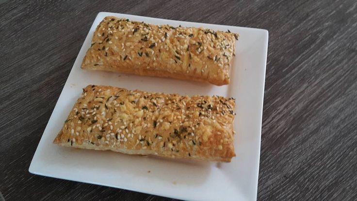 Ham-kaasbroodjes met geraspte kaas, tijm en sesamzaadjes bovenop - http://www.airfryerweb.nl/recepten/ham-kaasbroodjes/