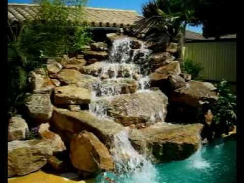 Cascada de piedra natural en piscina (Viveros Chaves)