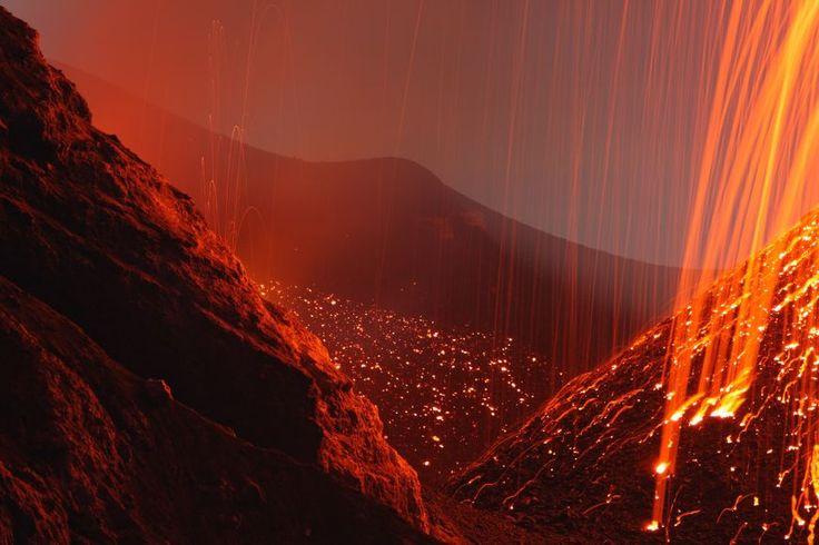 """""""Салют"""" вулкана Стромболи, Сицилия. Ноябрь 2006 года"""