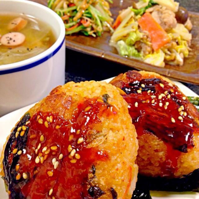 …先日作った豚キムチ炊き込みご飯の冷凍にコチュジャンなど混ぜたタレを塗ってトースターで焼いた。 韓国海苔を添えて♡ 炒め物…豚肉•白菜•しめじを味噌•マヨネーズのタレで炒めたもの。 ナムル…豆苗•カニカマをナムルに。 スープ…キャベツ•ウインナー 炊き込みご飯作った時にコレをやりたいとずっと思っていて(๑˃̶̀⌄˂̶́๑) 思った通りウマ〜♡ いただきます 2013.11.02(土)夕飯 - 336件のもぐもぐ - 韓国風焼きおにぎり・豚肉と白菜の味噌マヨ炒め・豆苗とカニカマのナムル・キャベツとウインナーのスープ by masumi0706