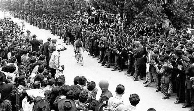 Vuelta a Colombia. Ramón Hoyos pentacampeon de la ronda colombiana es recibido en Medellín como un héroe (1954). Miles de personas esperaban la llegada de Ramón Hoyos, en los años 50, cuando ganó la Vuelta a Colombia en cinco ocasiones con 38 victorias de etapa.