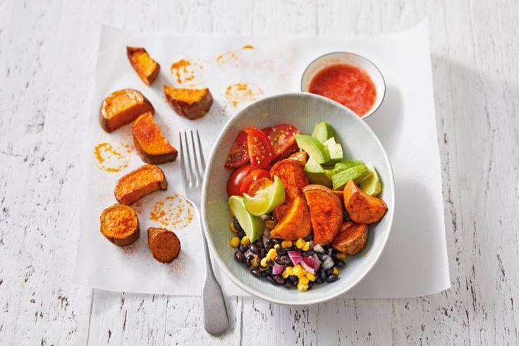 Zoete aardappel met paprikapoeder uit de oven: zo'n lunch willen we elke dag wel. - recept - Allerhande