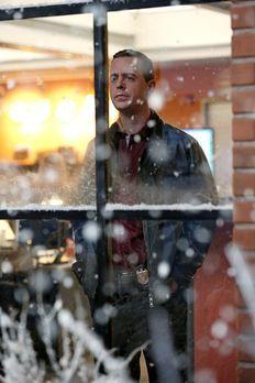 Es ist Thanksgiving, und Tony ist auf dem Weg zum Flughafen, um seinen Vater abzuholen, der aus London anreist. Als er in starkem Schneetreiben auf die Maschine wartet, beobachtet er einen verdächtigen Mann, der kurz darauf ermordet wird. Wie sich herausstellt, sollte er eine Waffe übergeben, mit der der Drogenboss Victor Gomez getötet werden soll, der in derselben Maschine wie Tonys Vater sitzt. Können Tony, Gibbs und die anderen rechtzeitig eingreifen?