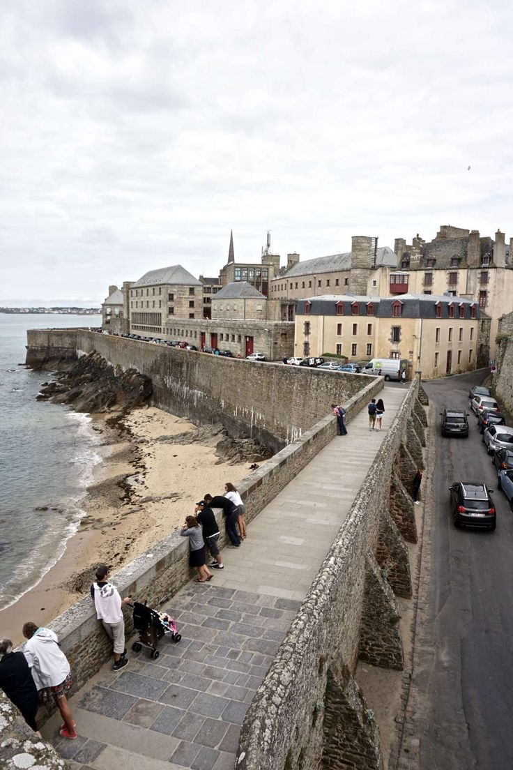 A guide to visiting Saint Malo in Brittany, France. Everything you should see and do in the region: ancient ramparts, tidal islands etc: