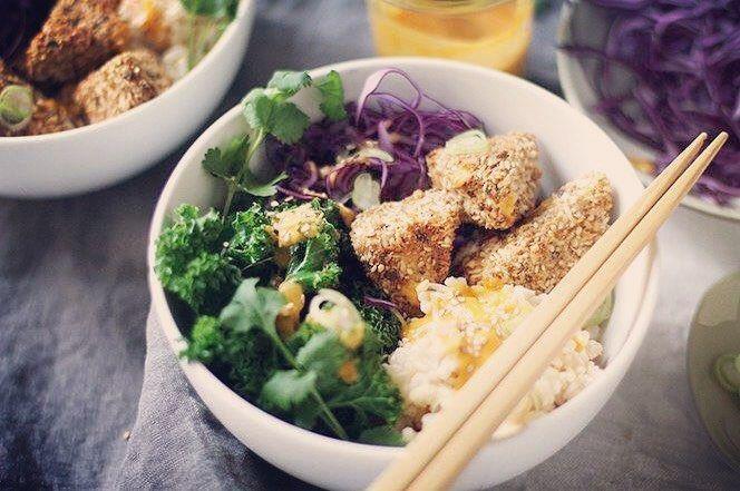 ✨Crispy panerad tofu nuggets med ananas-mango/curry-sås✨ Servera med grönsaker, ris och sås Recept: 🔸1 pkt KungMarkatta naturell Tofu 🔸½ dl majsmjöl 🔸½ tsk cayennepeppar  🔸½ tsk malen ingefära 🔸1 tsk salt 🔸1 ägg, lättvispat (kan ersättas med soja/mjölk) 🔸1 dl Riven kokos 🔸2 msk Sesamfrö 🔸½ dl ströbröd, gärna fullkorn (kan ersättas med krossade cornflakes) 🔸2 dl Jasminris 🔸1 flaska Kung Markatta Ananas-Mangosås