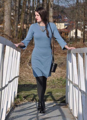 Rosa kleid blaue schuhe