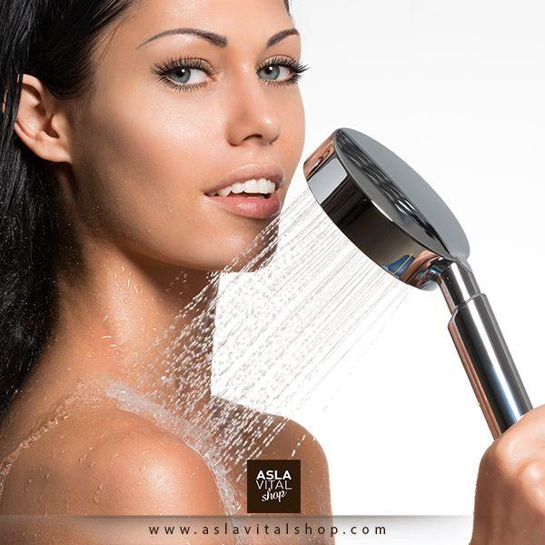 Özellikle soğuk havalarda sıcak bir duşun yerini hiçbir şey tutmaz. Ama suyun sıcaklığını biraz azaltmak cildinizin kurumasını, dökülmesini ve kaşınmasını engeller. Su sıcaklığı arttıkça cildinizdeki doğal yağlar akıp gider. Bu yüzden sıcak duşta 5 dakikadan fazla kalmamanızı tavsiye ediyoruz.