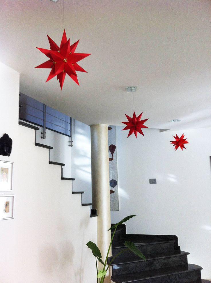 Realizzare delle stelle di Natale a venti punte con carta rossa o bianca. Ecco il fai da te di Amelia G.