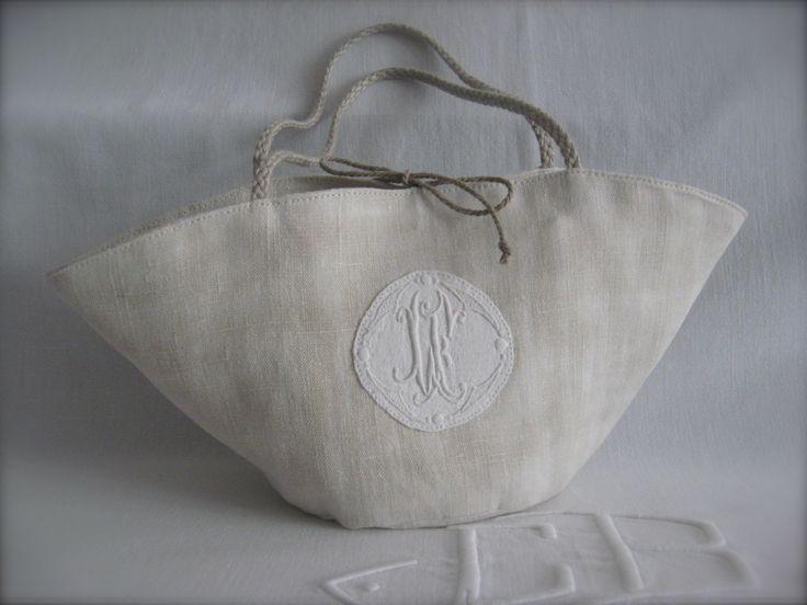 Sac panier en chanvre, médaillon réalisé avec une serviette brodée, anses et cordons en lin, pochette intérieure arrondie. Pas d'explication.