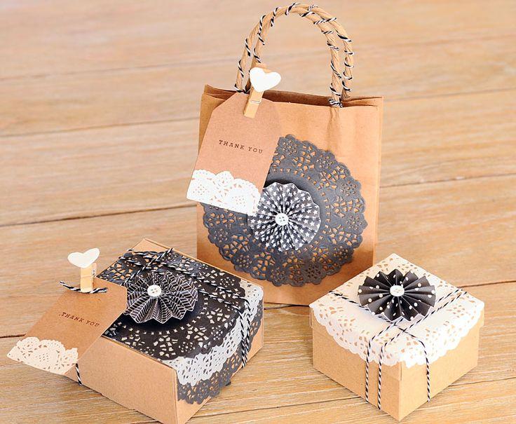 Decorar regalos con blondas en blanco y negro y papeles de scrapbooking