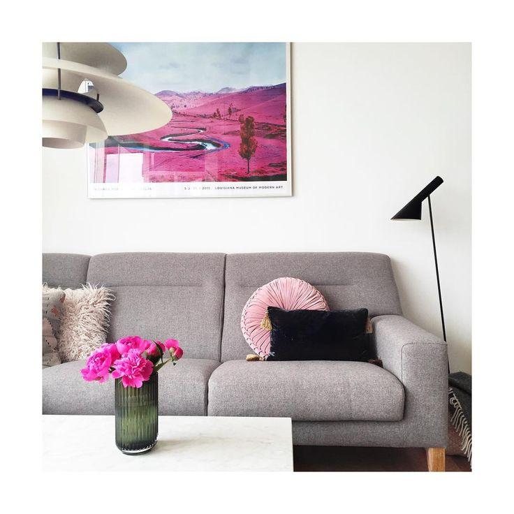 #finallyweekend #livingroom #shadesofgrey #pink#ajlamp #arnejacobsen #ph5pendel #ph5#poulhenningsen #louisepoulsen #lyngbyvase #lyngbyporcelæn #marmorbord #marbletable #richardmosse #theenclave #hmhome #louisianamuseum #nordicdesign #nordichomes #danishdesign#indretning #bo#mithjem #peonies#pæoner