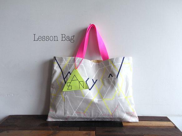 「こどもあつかいしないで!」をテーマにこどもっぽくないこどものLesson bagを作りましたリバーシブル仕様の1点ものです41.5cm×31cm... ハンドメイド、手作り、手仕事品の通販・販売・購入ならCreema。