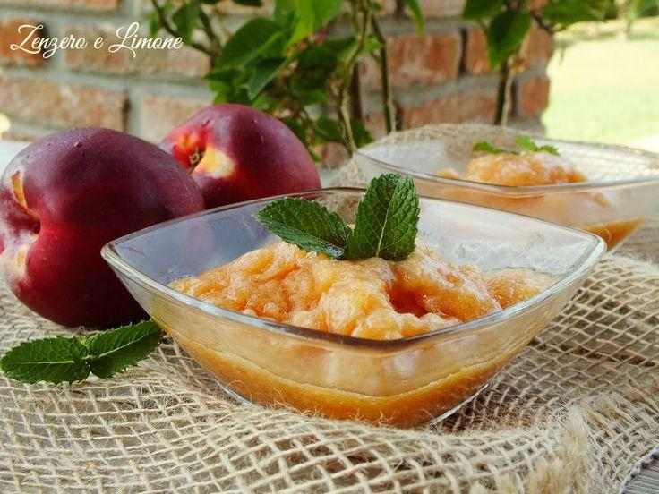 Il sorbetto alla pesca è un dessert al cucchiaio fresco, leggero e profumato! È perfetto per concludere in dolcezza un pranzo o una cena estivi.