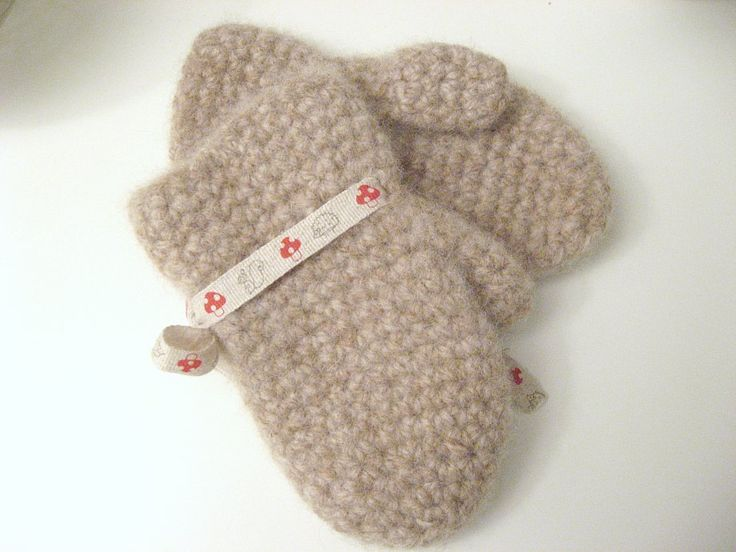 Free pattern: crocheted and felted toddler mittens