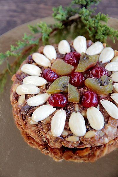 Zelten (зелтен, целтен) часто называют пряником, но фактически это сладкий фруктовый хлеб, традиционная рождественская выпечка Южного Тироля, провинции Бол