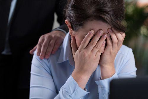 Im Job zu weinen ist eine schwierige Situation. Durch den richtigen Umgang lässt sich diese aber meistern - egal ob die Tränen bei Ihnen oder einem Kollegen kommen...