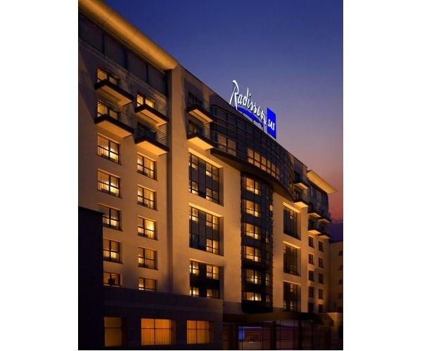 Hotel Radisson Blu Bucuresti  Adresa: Calea Victoriei 63 - 81  Rezervari prin http://www.hotel-bucuresti.com;   Email : rezervari@hotel-bucuresti.com  Hotel de  lux  in centrul  Bucurestiului, ce a  primit  anual diferite  distinctii privind calitatea.