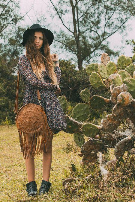 Mandala handmade leather shoulder bag #mahila #leather #handmade #boho #bohemian #bohoinspiration #genuine #bag #fringe www.mahilacouro.com.br