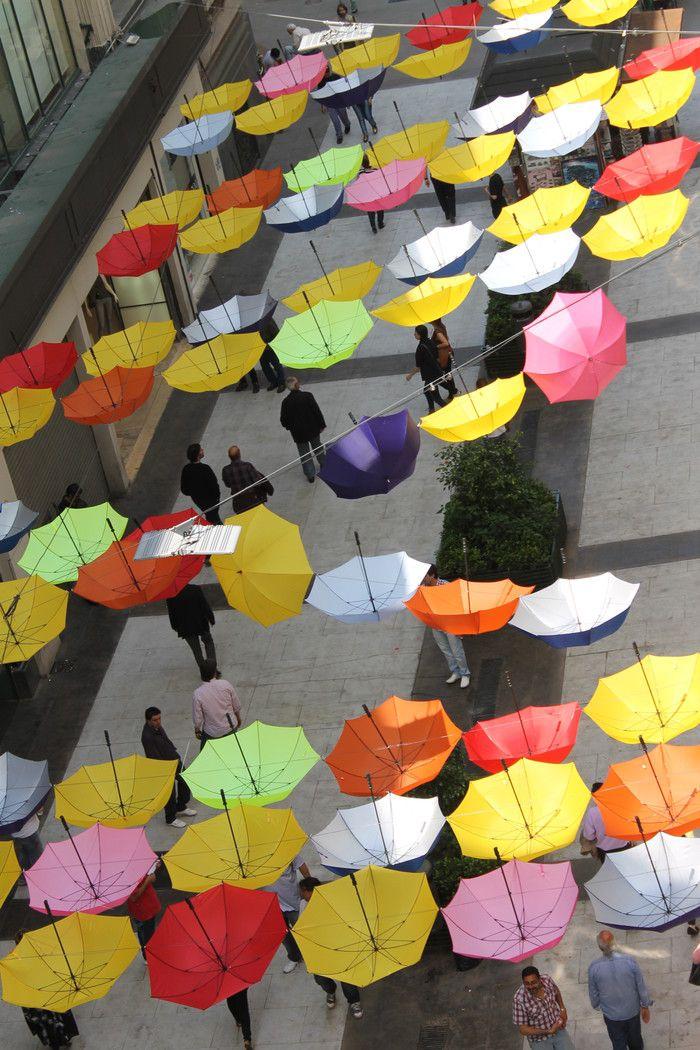 Paraguas de colores sobre calle Florida. Foto: Plan Microcentro/GCBA.