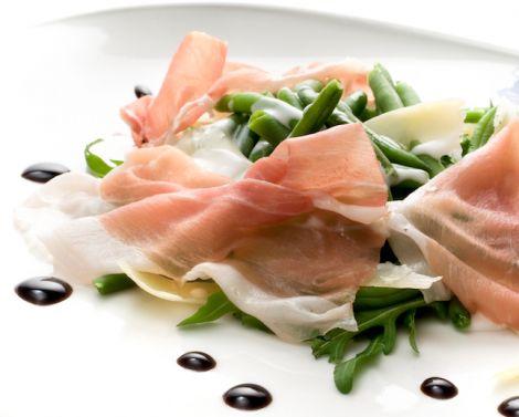 Fagiolini verdi croccanti con crema di yogurt, aceto balsamico, scaglie di Grana Padano e foglie di prosciutto di San Daniele | Cucina