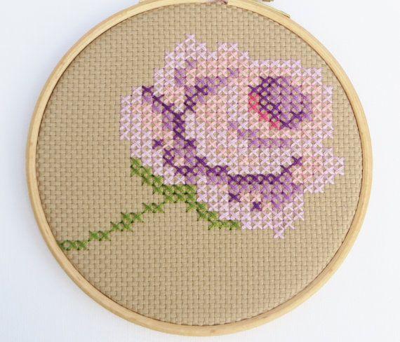 Hoi! Ik heb een geweldige listing gevonden op Etsy https://www.etsy.com/nl/listing/199645461/borduurring-kruissteek-roos-paars