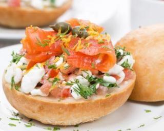 Burger au saumon fumé, mascarpone allégée, tomate et aneth : http://www.fourchette-et-bikini.fr/recettes/recettes-minceur/burger-au-saumon-fume-mascarpone-allegee-tomate-et-aneth.html