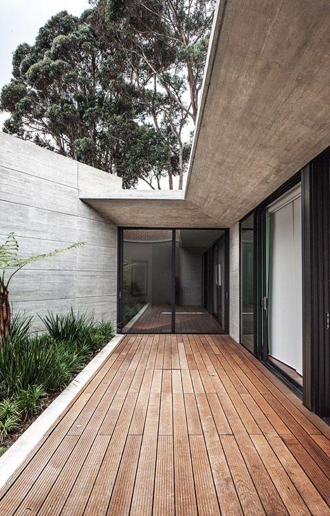 Acceso a la casa cr dise o de h h arquitectos desde el for Fotos de patios con piletas