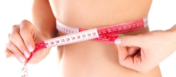 """Šest návyků, které pomáhají udržet nebo snížit váhu a fungují. 1. pokud si rádi dopřejete """"skleničku"""", pohlídejte si množství a snažte se vyhnout tvrdému alkoholu 2. nejezte po 9. hodině večer a zároveň by vaše poslední jídlo mělo být 2-3 hodiny před spaním 3. pijte více vody 4. dopřejte tělu regeneraci spánkem 5. zařaďte intervalový trénink 6. každé jídlo by mělo mít dostatečné množství bílkovin a vlákniny"""