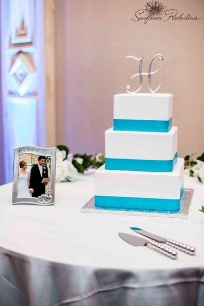 Three-tiered square wedding cake with turquoise details #wedding #weddingcake #cake #turquoise #caketable