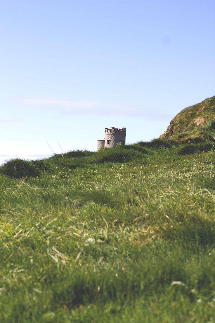 Die Cliffs of Moher (Klippen von Moher) mit Blick auf den O'Brien's Tower -- Irland-Rundreise mit Kerrygold, Bord Bia und Tourism Ireland - von Limerick und Adare bis zu den Cliffs of Moher