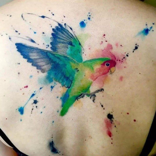 6. Aqui temos uma tatuagem de pássaro, que, por si só, já é um sinônimo de liberdade e leveza